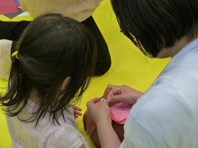 折り紙でカタツムリを折る親子