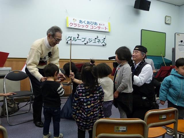 バイオリン体験をする子どもたち