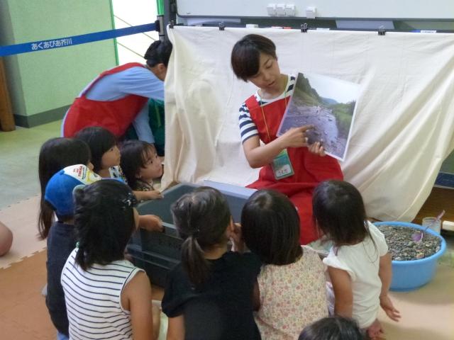 芥川の写真を見る子どもたち