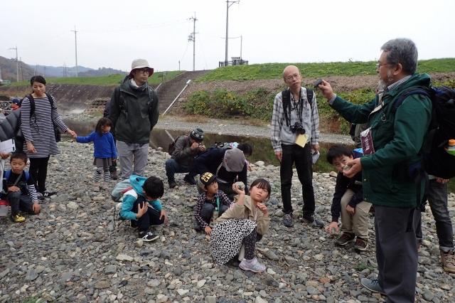 河原で石拾いをしたり、講師の解説を聞いている